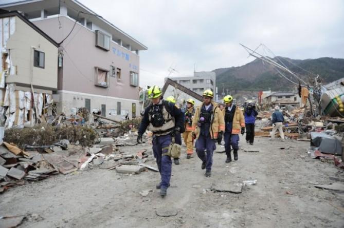 2011년 동일본 대지진 현장에서 수색 중인 구조대원들 - DVIDSHUB 제공